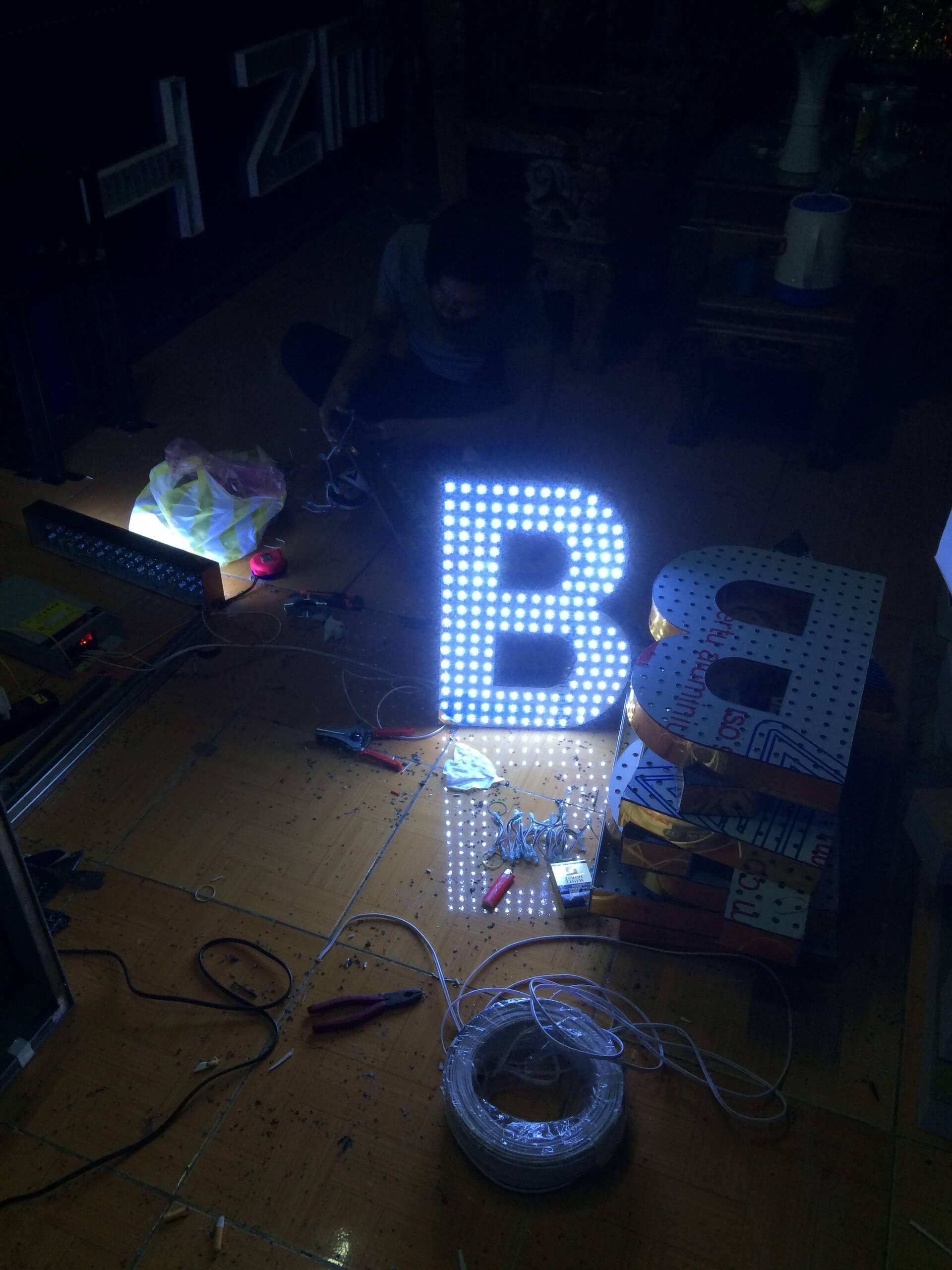 Chữ mica sáng đèn 3